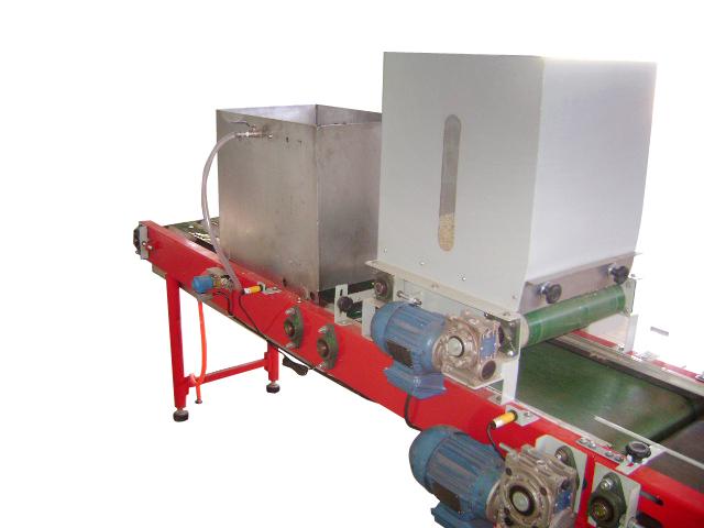 Esteira com sistema de cobrir bandejas e sistemas de irrigação
